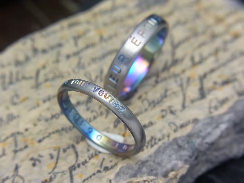 刻印を外に入れた結婚指輪