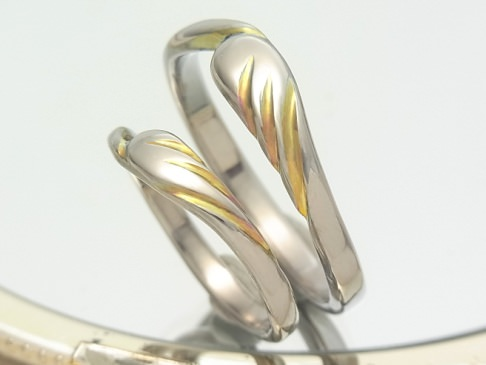 羽根のチタン結婚指輪
