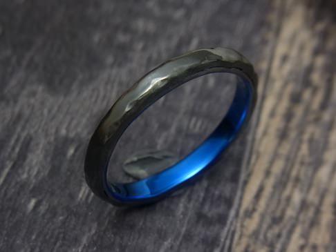黒のジルコニウムと内側がブルーの指輪