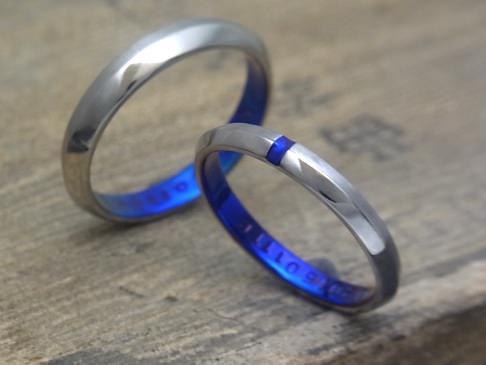 センターにアクセントを置いてそろばん型にした結婚指輪